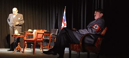 C.C. Weinberger als Churchill & Hubsi Kramar als Hitler im TAG (Foto: Lilli Crina Rosca)