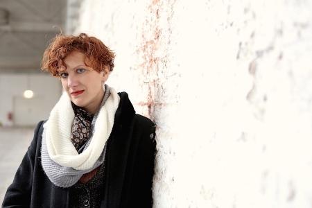 Anna Maria Krassnig lehnt an einer Mauer