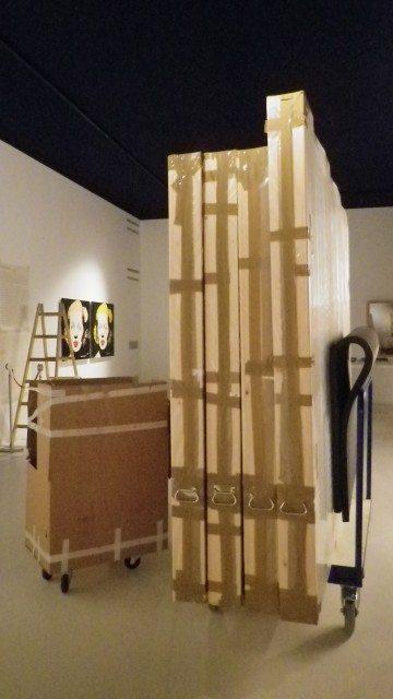 Kisten beim Ausstellungsaufbau (c) Christiane Rainer