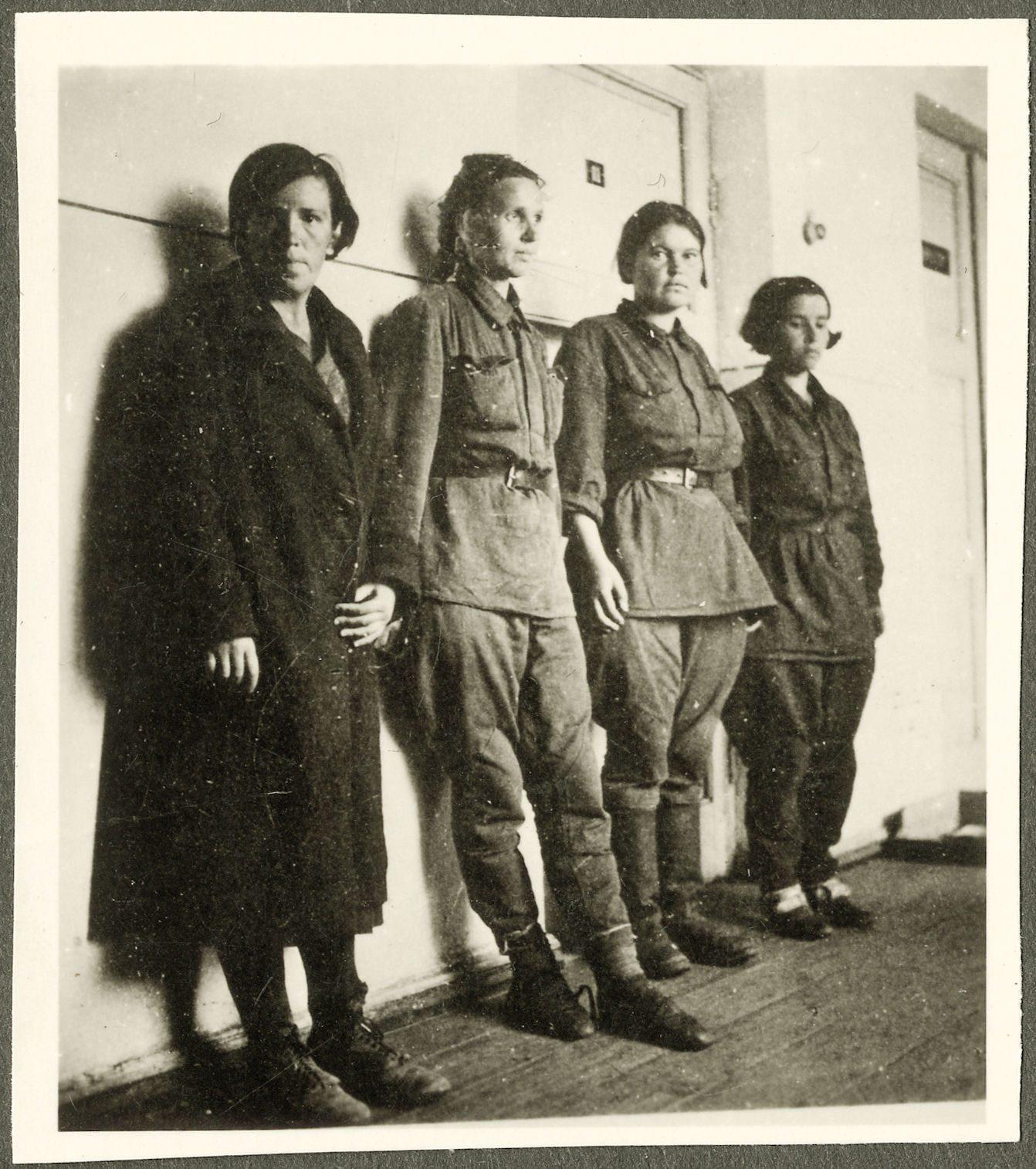 Sowjetische Soldatinnen, vermutlich vor einem Verhör. Sowjetunion, ohne Datierung. Album anonym, Archiv Reiner Moneth, Norden