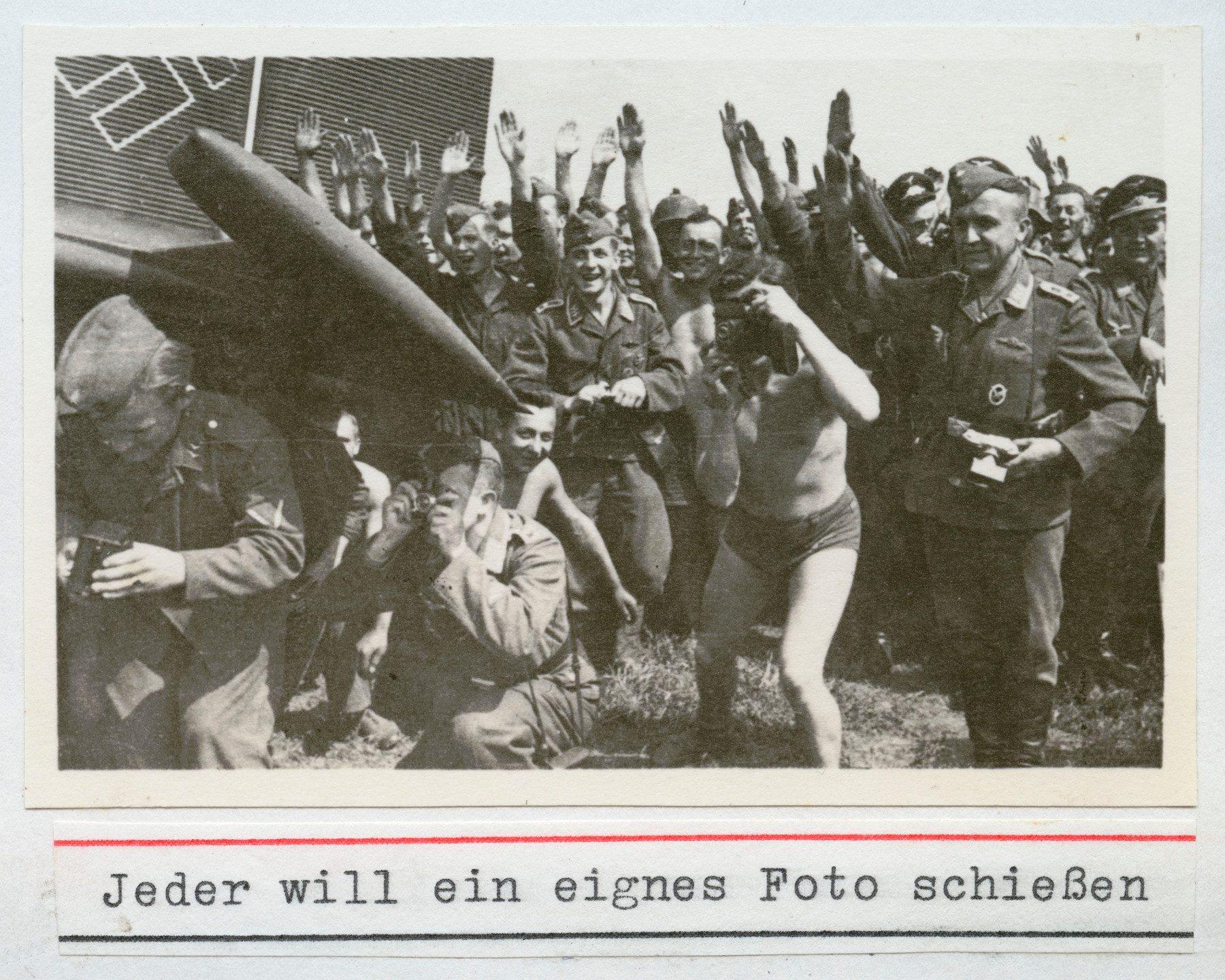 Soldaten fotografieren während des Besuchs von Hitler und Mussolini in Uman/Ukraine am 28. August 1941;Archiv Reiner Moneth, Norden